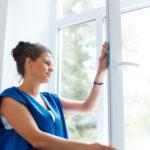 Was hilft gegen Streifen und Schlieren beim Fenster putzen?