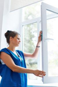 Was hilft gegen Streifen und Schlieren beim Fensterputzen?